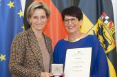 Regula Schölly receives the business medal from the state of Baden-Württemberg